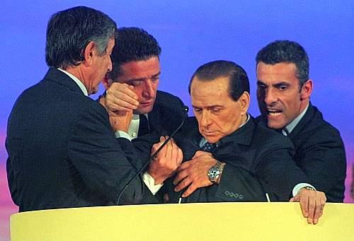 """¬©Soriano Borgioli - Lapresse Montecatini Terme, 4¬Convegno Nazionale _Il Circolo Giovani_ 26-11-06 Montecatini Terme Silvio Berlusconi si sente male - © Soriano Borgioli - Lapresse Montecatini Terme, 4¡ Convegno Nazionale """"Il Circolo Giovani"""" 26-11-06 Montecatini Terme Silvio Berlusconi si sente male Nella foto: Silvio Berlusconi sviene - Fotografo: Soriano Borgioli"""
